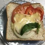 チーズ工房チカプ - アカゲラを食パンにのせてチーズトーストを作りました