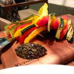 フォレストキッチン ウィズ アウトドア リビング - ズッキーニとパプリカのグリルミルフィーユ