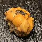 銀座 すし四季 - 北海道産カネキの雲丹は竹墨塩で。