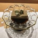 銀座 すし四季 - 焙じ茶プリンはフロランタンのようにキャラメリゼされた南瓜のタネとともに。