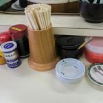 太宰府 八ちゃんラーメン - 卓上の調味料。キレイに整理されています。