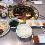 南大門 - 日替り焼肉ランチ(カルビ+ハラミ)全景