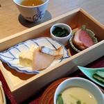 杜若 - 箱盛には、出汁巻きや鱈の炙り、分厚いロースハム