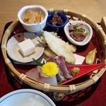 杜若 - 六菜は、鱚の天ぷら・お刺身・牛しぐれ煮・鶏肝煮・酒盗チーズ・甘酢漬け