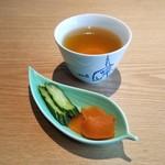 杜若 - 最初にお茶とお漬物