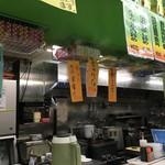 ラーメン餃子三平 - 厨房方面の眺め。
