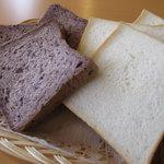 ぱにーに - 鳥取パニーニ 左が古代米食パン、右が天然酵母食パン