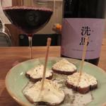 酒場 みんなの黄ちゃん - いぶりがっこ&クリームチーズを注文。 『洗馬(せば)』という赤ワインも頂きました。