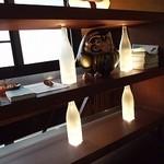 枝魯枝魯ひとしな - オーナーが出した本や洒落た置物が飾られた棚
