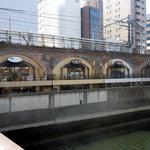 Cave Bar 紅梅河岸 - 「紅梅河岸」神田川の昌平橋から(右端の窓)