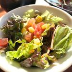 ラ・カスエラ・ロハ - セットのサラダ