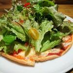 カフェ六月園 - (2017年11月 訪問)トマトとバジルのサラダピザ、アップ。焼き立てのピザ生地にバジル風味のドレッシングで和えたサラダがタップリ。