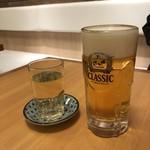 76909530 - ジョッキのビールと白ワイン。