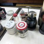 温州軒食堂 - テーブルの調味料類