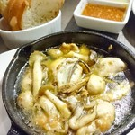 神楽坂焼肉 にくよろし - 牡蠣のアヒージョ+バケット