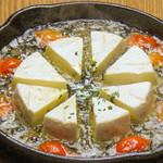 丸ごとカマンベールチーズのアヒージョ