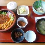 市場食堂 - 生ウニ・いくら丼1850円