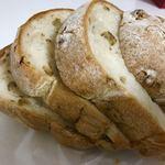 76946273 - くるみの入ったパン