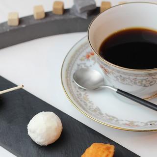 食後の寛ぎのひと時は、コーヒーとともに◎