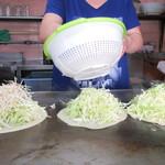 元祖八昌 - 小麦粉を水で溶いたものを薄く伸ばした生地の上にキャベツ+モヤシ