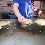 元祖八昌 - そばと本体の合体、次、卵、その上にお好み焼きを重ねる