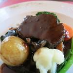 76958427 - 牛ほほ肉の赤ワイン煮 ブルゴーニュ風 ベーコンの燻製 シャンピニヨンのソテー 小玉葱と季節野菜