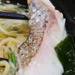 スシロー 博多駅南店 - ほろっとくずれる鯛の切り身。