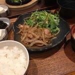 ごはんや農家の台所 - 豚肩ロース玉ねぎの生姜焼き膳