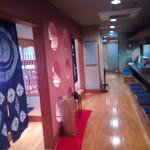 たぬき亭 - 部屋とカウンターを挟んだ廊下