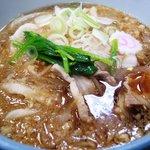いづみや - 肉たぬき510円。揚げ玉の油で濃厚さを増したつゆが歯ごたえのある麺によくからむ。