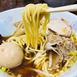 丸福中華そば - するっとした卵麺をリフト!