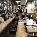 ローストビーフ油そば ビースト - ローストビーフ脂そば ビースト 渋谷道玄坂店 奥に深い店内はキレイ&カジュアル