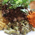 アフターグロウ - ココナッツのサンバル・いんげんのポリヤル・パリップ(豆カレー)。