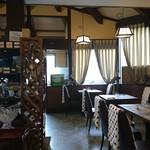 アルケーネ - お昼は大開口の窓から優しい光が射し込み、ゆったり優雅な一時をお楽しみいただけます。
