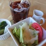レストラン パルフェ - アイスコーヒー・お新香・サラダ。