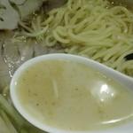 76997644 - 豚骨とあごだしなどの旨味をベースとした美味しいスープ
