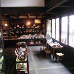 小手川商店 - 昔からの商店という感じ。この片隅で食事をいただきます。