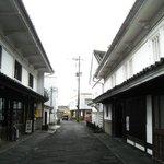 小手川商店 - 左側がお店、右側が母体の酒造会社。こちらも見学&購入可能。