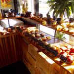 パティスリー タツヒト サトイ - 店内風景。パンコーナー。