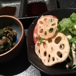 完全個室居酒屋 きさらぎ はなれ - 小鉢&トマトと蓮根チップのサラダ