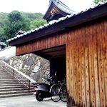 せんべい本舗黒田 - この階段を上ります