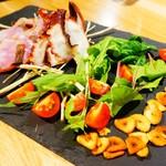 """クラフトビアハウスモルト - 藁の燻製で仕上げる""""本日の鮮魚のカルパッチョ"""""""