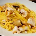クラフトビアハウスモルト - 軽く燻製した真鯛と松茸のスパゲティ