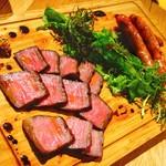クラフトビアハウスモルト - ピートで香ばしく燻製した和牛のビステッカとトリュフ香る自家製ソーセージ