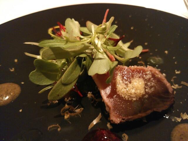 ピアッティ カステリーナ - 藁焼きにした鰹のタリアータ 炭化した茄子のヴィネグレット 赤玉葱とカシスのマルメラータ