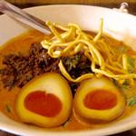 タイカレーラーメン シャム - 「カオソーイ レッドカレースープ ポーク」(並、780円)+「煮玉子」(100円)。