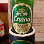 """タイカレーラーメン シャム - """"チャーンビール""""をボトルホルダーから出して、本来のラベルをチェック。"""