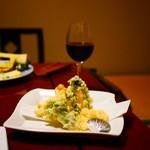 龍洞 - 山菜のてんぷら盛り合わせ ~岩塩で