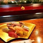 77027180 - 寿司を手で食べた後に、手を洗えるように水が流れています。