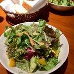 77029527 - セットのサラダ。ドレッシングも美味しいです。